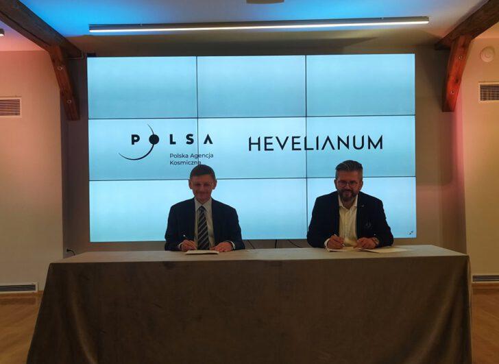 Prezes POLSA Grzegorz Wrochna i Paweł Golak, dyrektor Hevelianum
